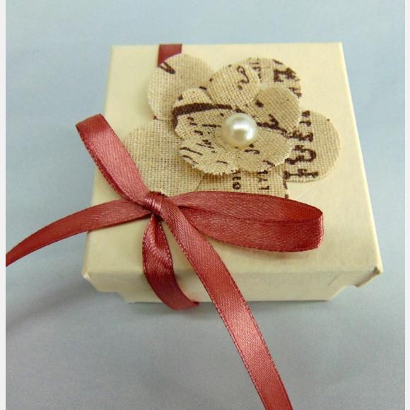 Μπομπονιέρα Βάπτισης κουτί εκρού με διπλό λουλούδι vintage