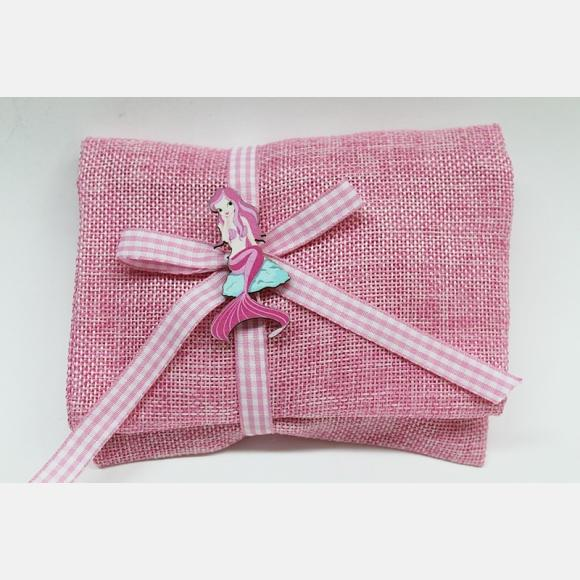Μπομπονιέρα βάπτισης φάκελος λινός ροζ με ξύλινη γοργόνα