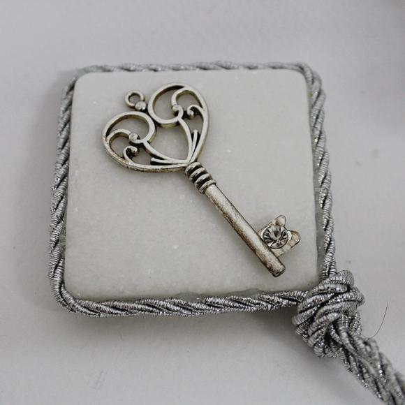 Μπομπονιέρα γάμου μεταλλικό κλειδί με στρας σε πέτρα