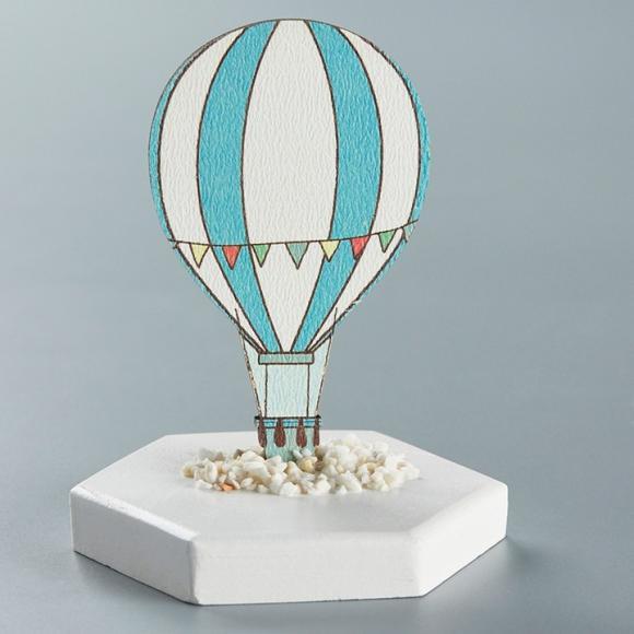 Μπομπονιέρα βάπτισης ξύλινο αερόστατο πάνω σε κεραμική βάση