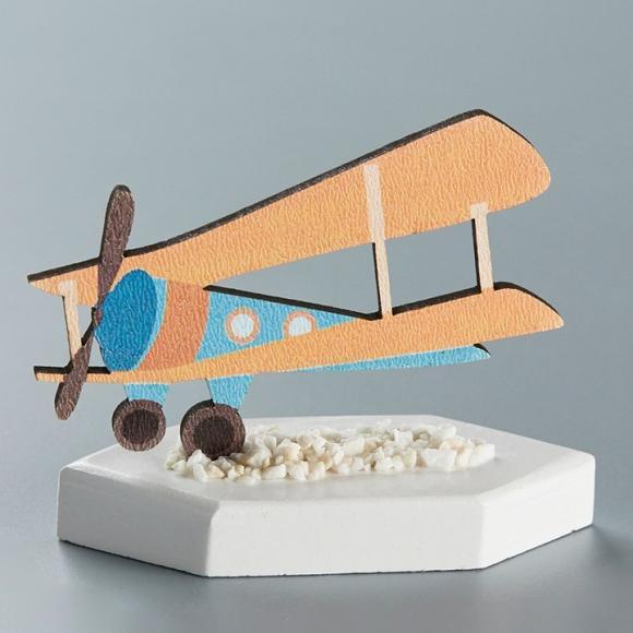Μπομπονιέρα βάπτισης ξύλινο αεροπλάνο πάνω σε κεραμική βάση